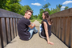 Jeunes couples néerlandais attrayants se reposant sur le pont en bois Photos libres de droits