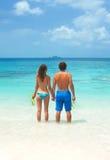 Jeunes couples naviguant au schnorchel ensemble Images libres de droits