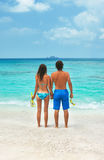 Jeunes couples naviguant au schnorchel ensemble Photographie stock libre de droits
