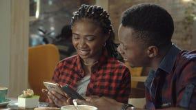 Jeunes couples noirs attrayants dans un cafétéria Images libres de droits