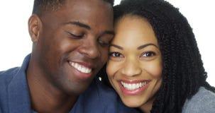 Jeunes couples noirs dans la tête de penchement d'amour les uns contre les autres Photos libres de droits
