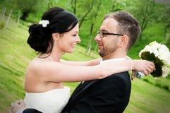 Jeunes couples nuptiales devant le fond de nature Image libre de droits