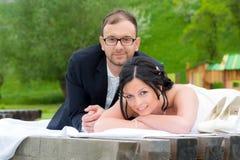 Jeunes couples nuptiales devant le fond de nature Photographie stock libre de droits