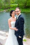 Jeunes couples nuptiales devant le fond de nature Photo libre de droits