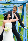 Jeunes couples nuptiales devant le fond de nature Photos stock