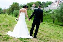 Jeunes couples nuptiales devant le fond de nature Photographie stock