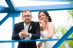 Jeunes couples nuptiales devant le fond de nature Images libres de droits