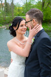 Jeunes couples nuptiales devant le fond de nature Images stock