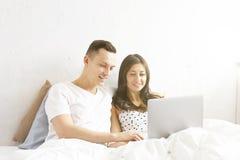 Jeunes couples observant l'exposition de TV, lisant un message Concept de technologie et de relations Problèmes romans modernes M Photos stock