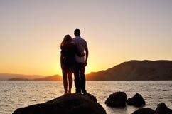 Jeunes couples observant le soleil Photographie stock