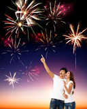 Jeunes couples observant les feux d'artifice Photo libre de droits