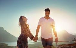 Jeunes couples observant un coucher du soleil asiatique images stock