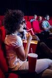 Jeunes couples observant un film 3d Images stock
