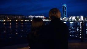 Jeunes couples observant un paysage urbain se tenir sur un quai d'une rivière Jeunes couples près de la rivière dans la ville la  Photos stock