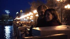 Jeunes couples observant un paysage urbain se tenir sur un quai d'une rivière Jeunes couples près de la rivière dans la ville la  Image libre de droits