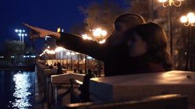 Jeunes couples observant un paysage urbain se tenir sur un quai d'une rivière Jeunes couples près de la rivière dans la ville la  Photographie stock libre de droits