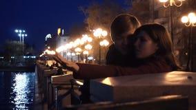 Jeunes couples observant un paysage urbain se tenir sur un quai d'une rivière Jeunes couples près de la rivière dans la ville la  Photographie stock