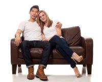 Jeunes couples occasionnels Images stock