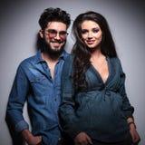 Jeunes couples occasionnels dans le sourire de vêtements de jeans Images stock