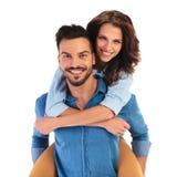 Jeunes couples occasionnels de sourire heureux sur le fond blanc Photos libres de droits