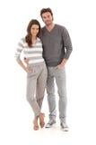 Jeunes couples occasionnels embrassant le sourire Photo stock