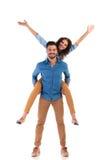Jeunes couples occasionnels enthousiastes Photos libres de droits