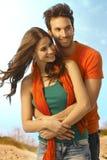 Jeunes couples occasionnels heureux embrassant dehors Images libres de droits