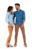 Jeunes couples occasionnels heureux riant ensemble Images stock
