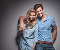 Jeunes couples occasionnels heureux souriant pour l'appareil-photo Photographie stock libre de droits