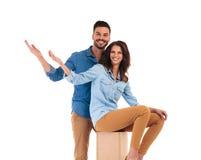 Jeunes couples occasionnels heureux vous accueillant Photo libre de droits