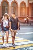 Jeunes couples occasionnels marchant sur la rue photo stock