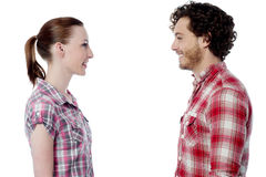 Jeunes couples occasionnels se faisant face Image libre de droits