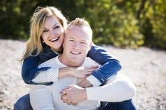 Jeunes couples occasionnels sur la plage Photos stock