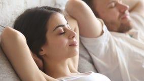 Jeunes couples paisibles calmes détendant à la maison, air frais de respiration clips vidéos