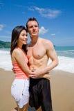 Jeunes couples par la plage Photos stock