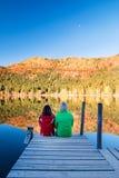 Jeunes couples par le lac 2 Image stock