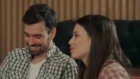 Jeunes couples parlant dans le café Images libres de droits