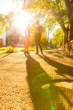 Jeunes couples parlant dans le coucher du soleil dans un milieu urbain Photo stock