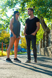 Jeunes couples parlant dans le coucher du soleil dans un milieu urbain Images libres de droits