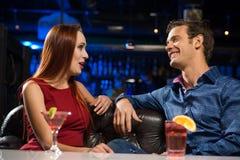 Jeunes couples parlant dans une boîte de nuit Photo stock