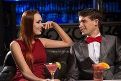 Jeunes couples parlant dans une boîte de nuit Photos libres de droits