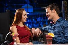 Jeunes couples parlant dans une boîte de nuit Photo libre de droits