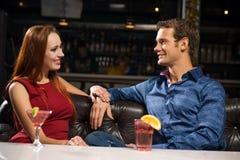 Jeunes couples parlant dans une boîte de nuit Images stock