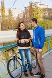 Jeunes couples parlant sur le pont urbain de parc Photo libre de droits