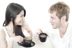 Jeunes couples partageant le temps de café Photographie stock libre de droits