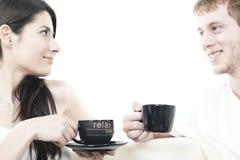 Jeunes couples partageant le temps de café Photo libre de droits