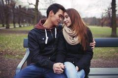 Jeunes couples partageant un moment tendre Image libre de droits