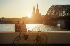 Jeunes couples passant leurs vacances à Cologne, Allemagne Images stock