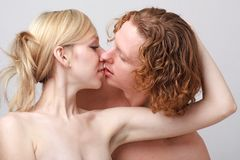 Jeunes couples passionnés image stock