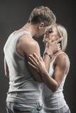 Jeunes couples passionnés dans l'amour sur l'obscurité Image stock
